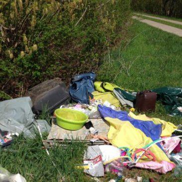 Blaue Müllsäcke in der Feldflur – Alle zahlen für Umweltsünder