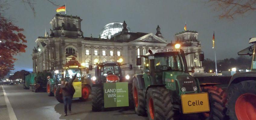 Bauern aus Niedersachsen vor dem Reichstagsgebäude.