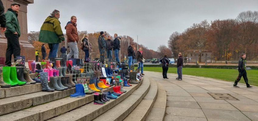 Gummistiefel abgestellt vor der Siegessäule in Berlin.