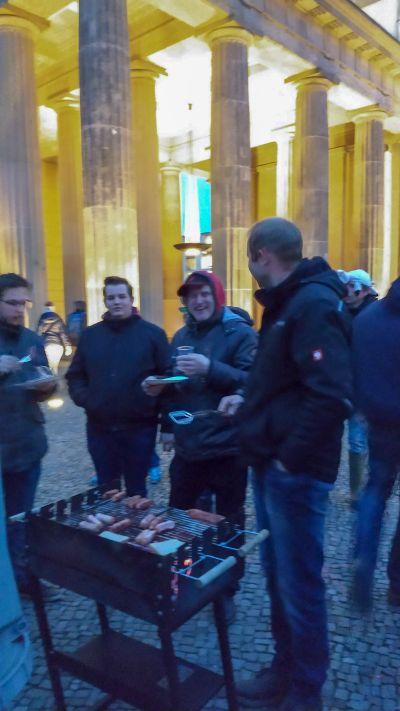 Abschlussgrillen vor dem Brandenburger Tor.