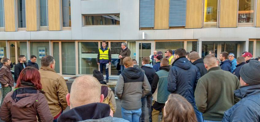 Bernhard Daldrup, Vorsitzender des Agrarausschusses im Dialog mit den Demonstranten.